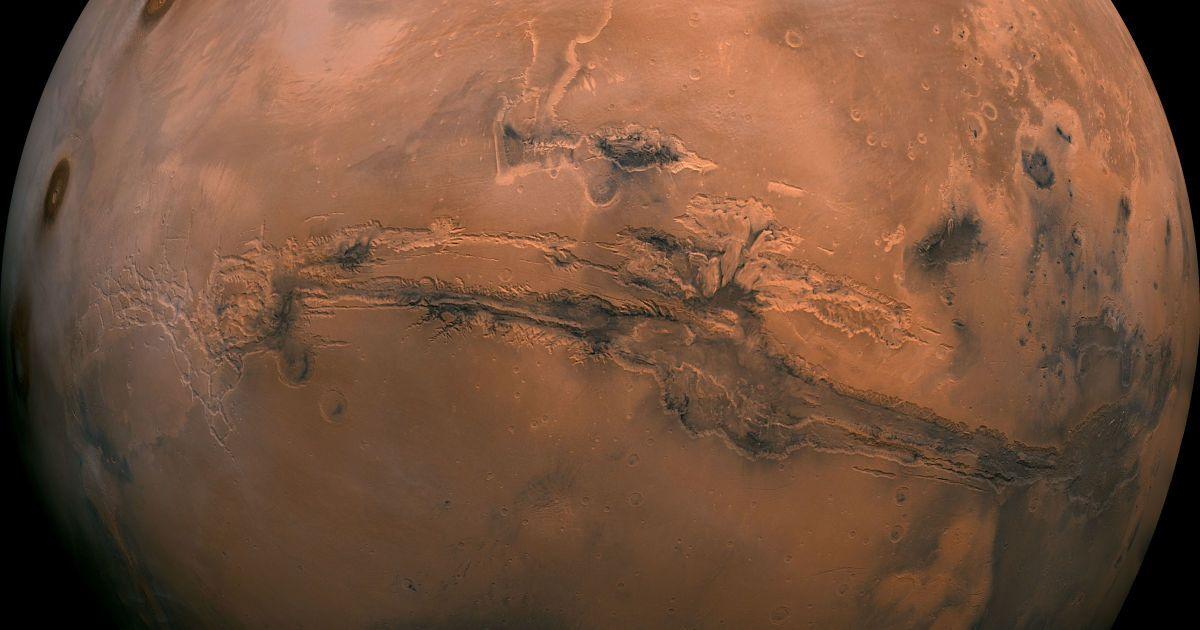 Ще один колаж, цього разу зібраний з 102 фотографій. Вони були зроблені космічним апаратом Viking, який під час зйомки перебував на висоті близько 2500 км над поверхнею планети. Долини Марінер – система каньйонів, протяжність якої становить понад 2000 км, а глибина сягає 8 км.