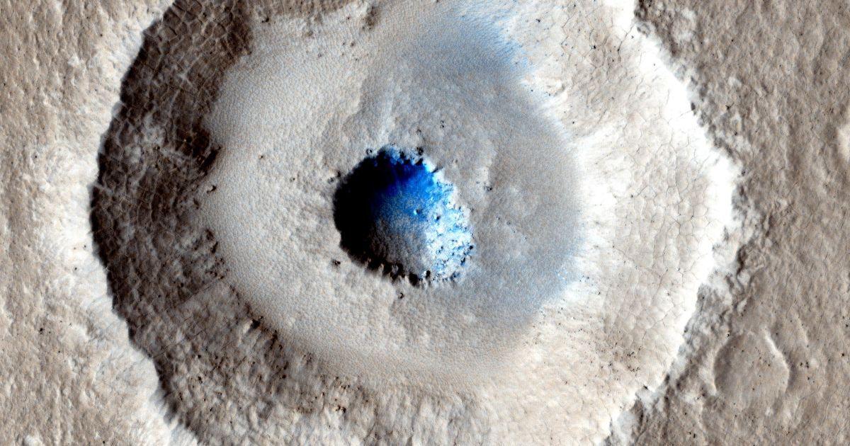 Як стверджує NASA, зазвичай невеликі ударні кратери нагадують чашу, але іноді зустрічаються і більш незвичайні форми. Біля кратера, який зображений на знімку, зробленому міжпланетною станцією Mars Reconnaissance Orbiter в 2014-му, всередині розташовується яма, через що він за формою нагадує око. @ NASA