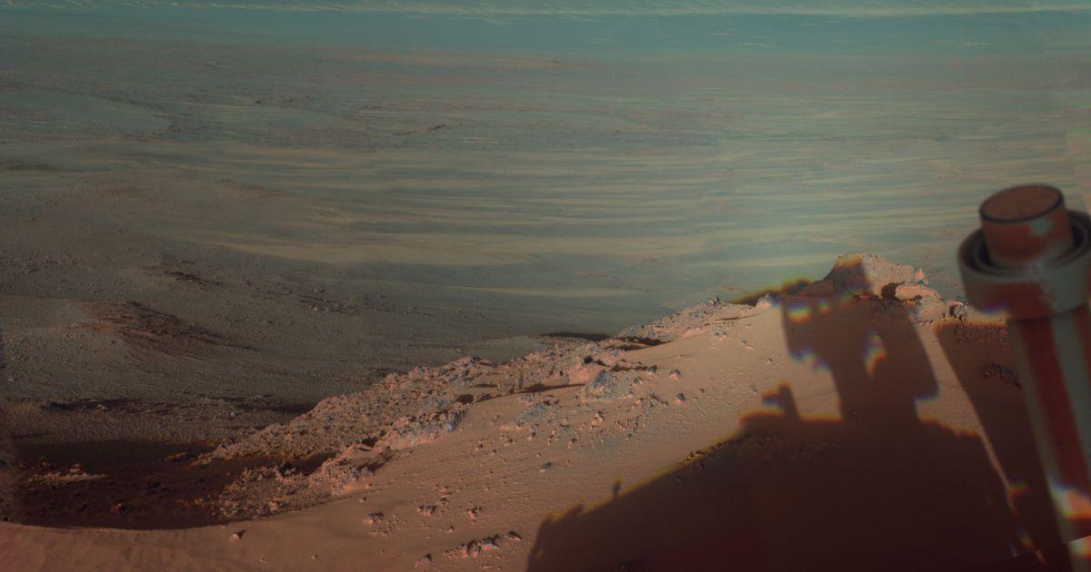 Фотографія була зроблена марсоходом Opportunity 9 березня 2012 і показує, як тіні лягають на західний схил Індевора – ударного кратера діаметром в 22 км. @ NASA