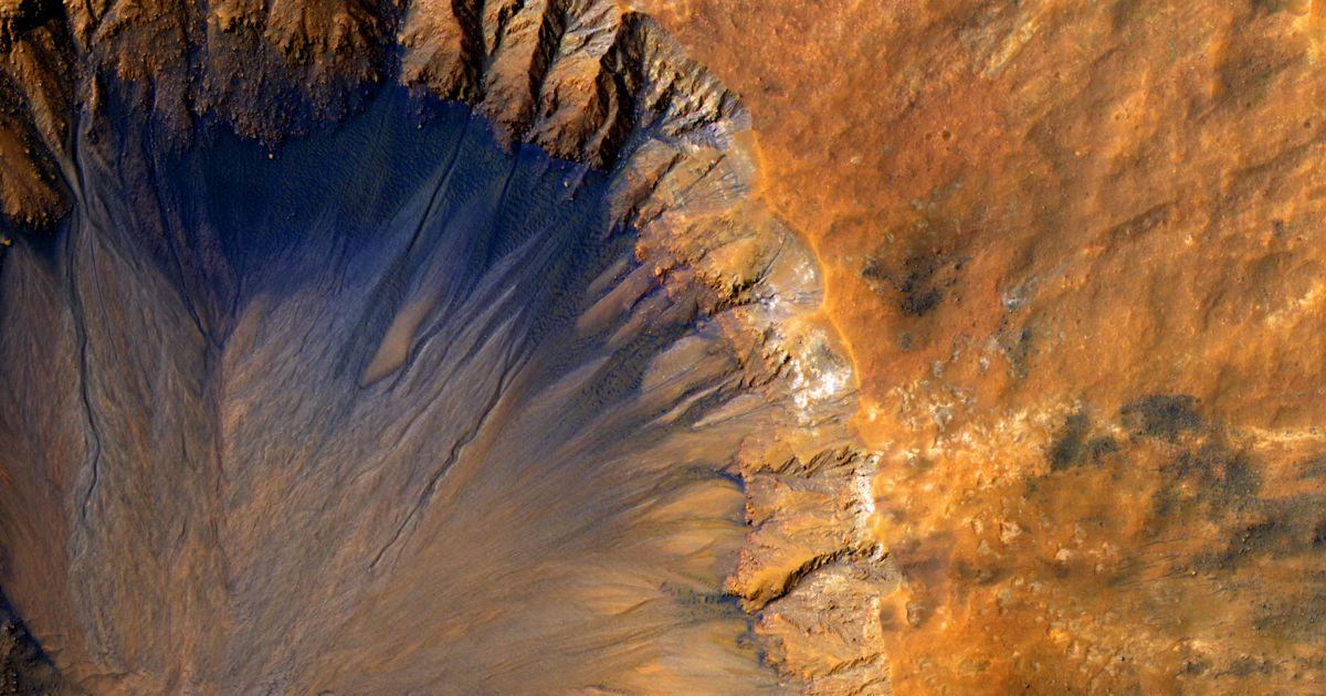 Фотографія була опублікована в червні 2015-го. На ній зображено кратер, розташований біля борозен Сирен. За оцінками NASA, кратер є відносно молодим. @ NASA