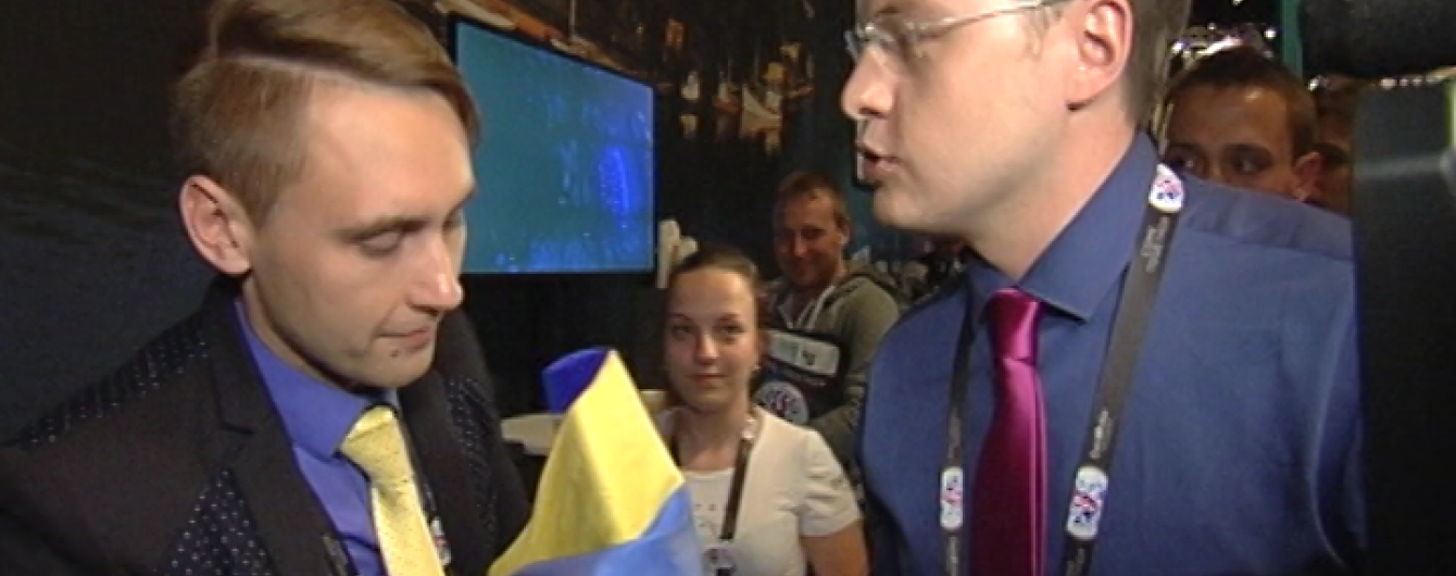 Журналіст ТСН пов'язав український прапор на мікрофон російського репортера на Євробаченні. Відео