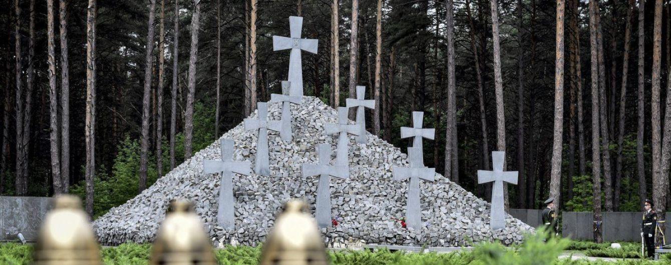 """Ентузіасти за тиждень до дня пам'яті жертв репресій прибрали в заповіднику """"Биківнянські могили"""""""