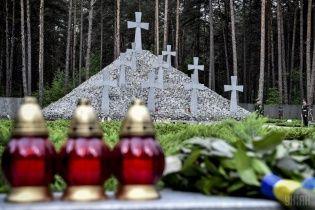 """Энтузиасты за неделю до дня памяти жертв репрессий убрали в заповеднике """"Быковнянские могилы"""""""