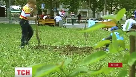 У Херсоні висадили дерева до річниці депортації кримських татар