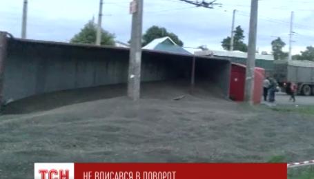 В Полтаве перевернулась фура, которая перевозила 30 тонн семян подсолнечника