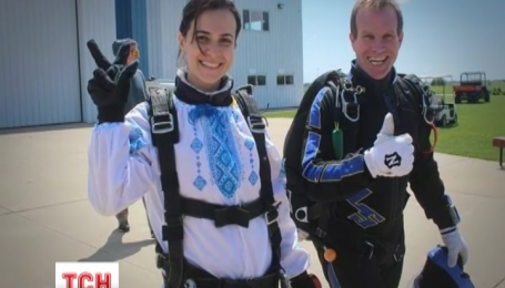 В США Украинцы прыгнули с парашютами в вышиванках