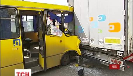 В Киеве маршрутка врезалась в фуру