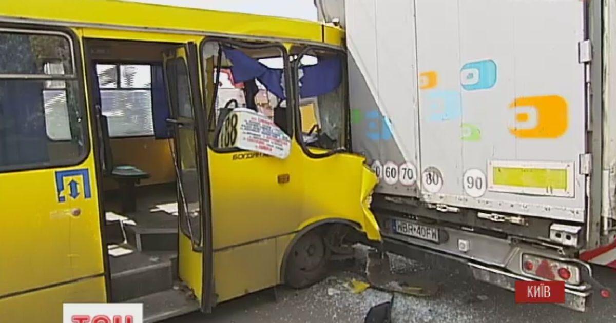 Семерых киевлян госпитализировали после столкновения маршрутки и фуры