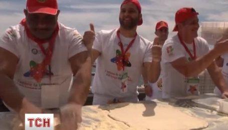 В Неаполе установили новый рекорд самой длинной пиццы