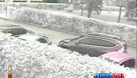 Камеры наблюдения зафиксировали, как автомобиль наехал на женщин с детьми