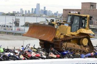 В США бульдозеры уничтожают конфискованные мотоциклы (Видео)