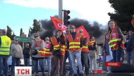 Во Франции десятки представителей профсоюзов заблокировали дорогу под Марселем
