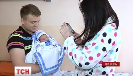 В тернопольском роддоме новорожденных одели в вышиванки
