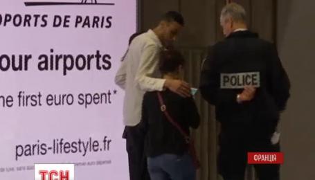 """Рідні пасажирів літака EgyptAir чекають у паризькому аеропорту """"Шарль де Голль"""""""