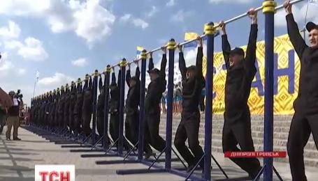 В Днепропетровске полицейские соревновались со всеми желающими в ловкости и силе