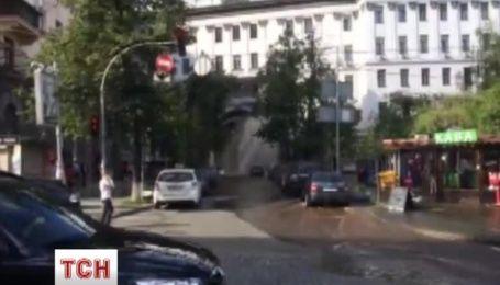 У центрі Києва прорвало трубу
