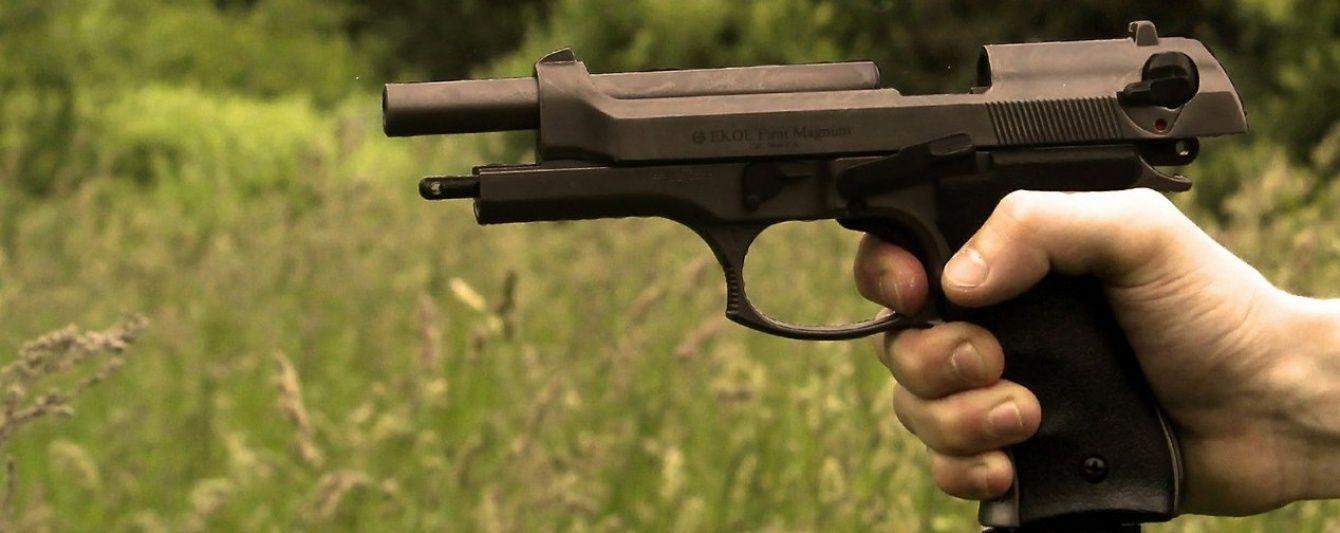 У Запоріжжі поліцейський вистрілив з пістолета у невідомого, який погрожував сокирою