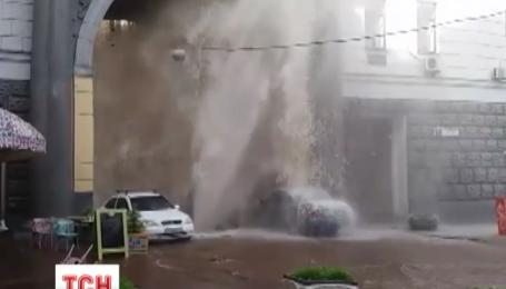 """""""Київенерго"""" обіцяє компенсувати збитки власникам авто, які постраждали через прорив трубопроводу"""