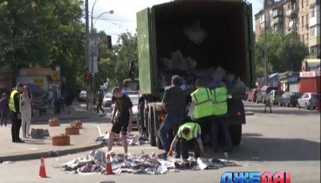 В столице на проезжую часть из грузовика выпала куча газет