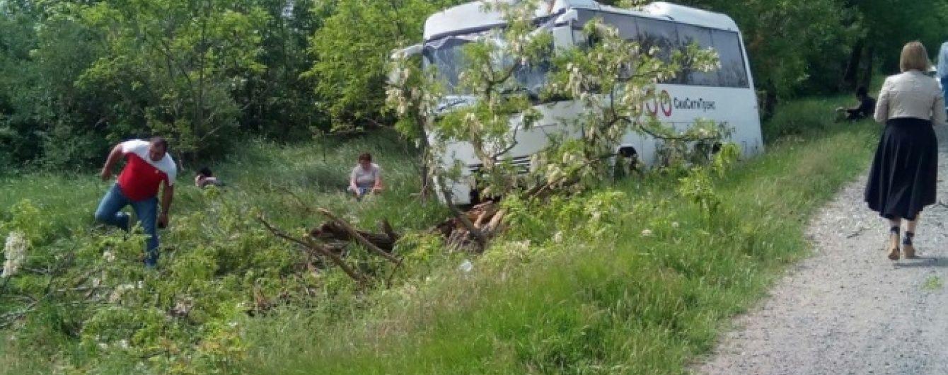 В окупованому Криму пасажирський автобус вилетів у кювет і врізався у дерево