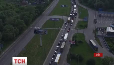 Масштабная авария в Киеве: разбитые фура и машина инкассаторов, пробка на 5 км