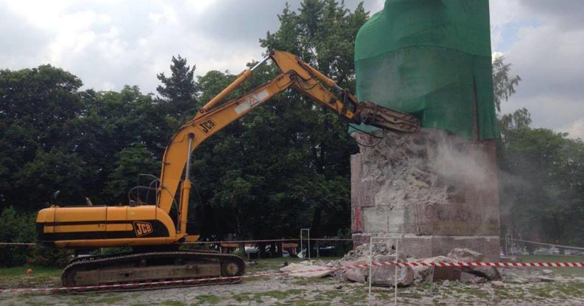 В Киеве экскаватором демонтируют памятник чекистам