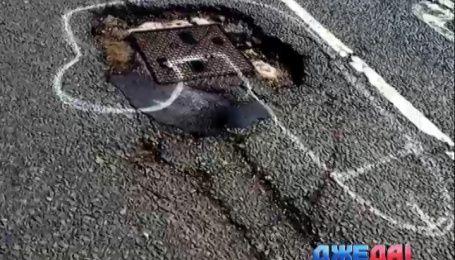 Британец решил привлечь внимание властей к ямам на дороге постыдными рисунками