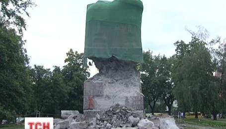 В Киеве сносят монумент чекистам