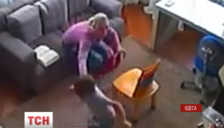 Камера спостереження зафіксувала знущання логопеда над дитиною