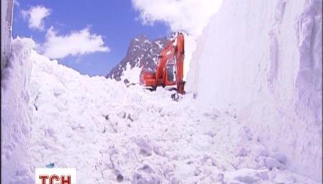 В Китаї комунальники розчищають 10-метрові кучугури снігу
