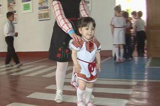 Найменша першокласниця в Україні потребує допомоги