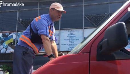 Водитель украинского телеканала провез на капоте парковщика