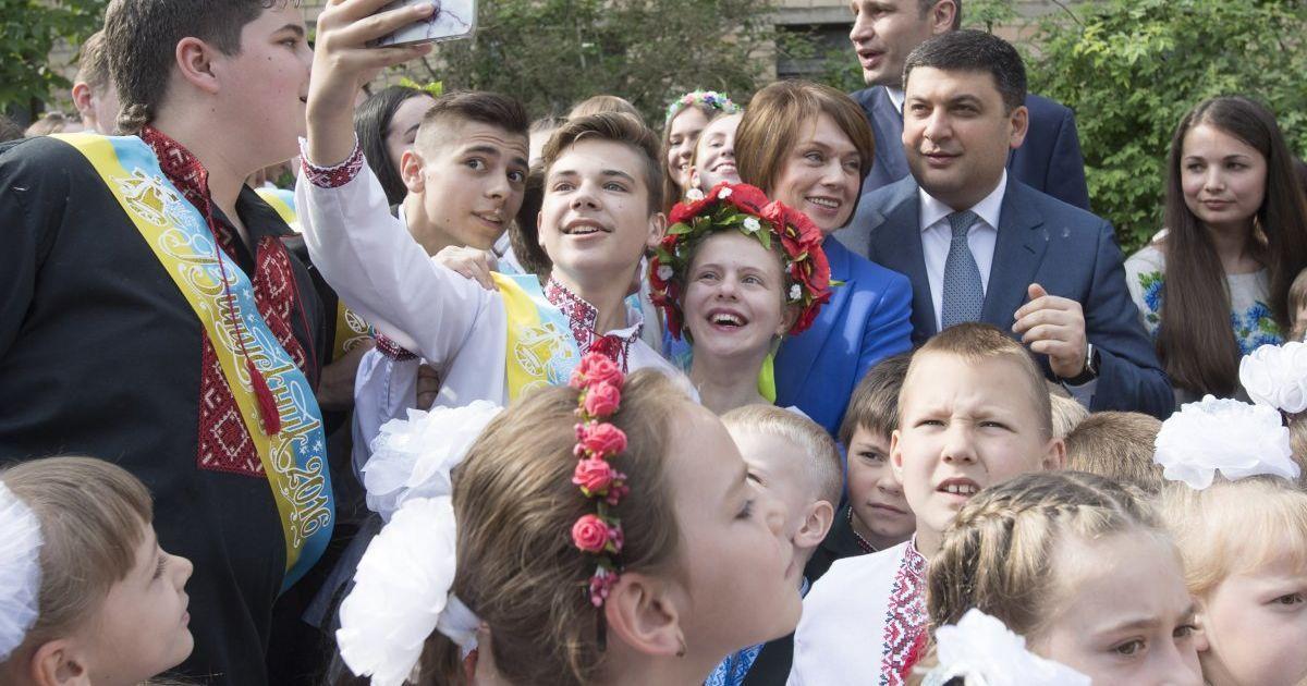Прем'єр-міністр робить селфі із учнями школи № 63 у Києві