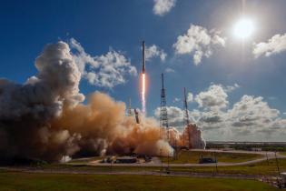 Ракета Falcon 9, которая должна вывести на орбиту первый спутник Facebook, взорвалась
