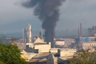 У окупованому Докучаєвську палає комбінат, в який влучив снаряд