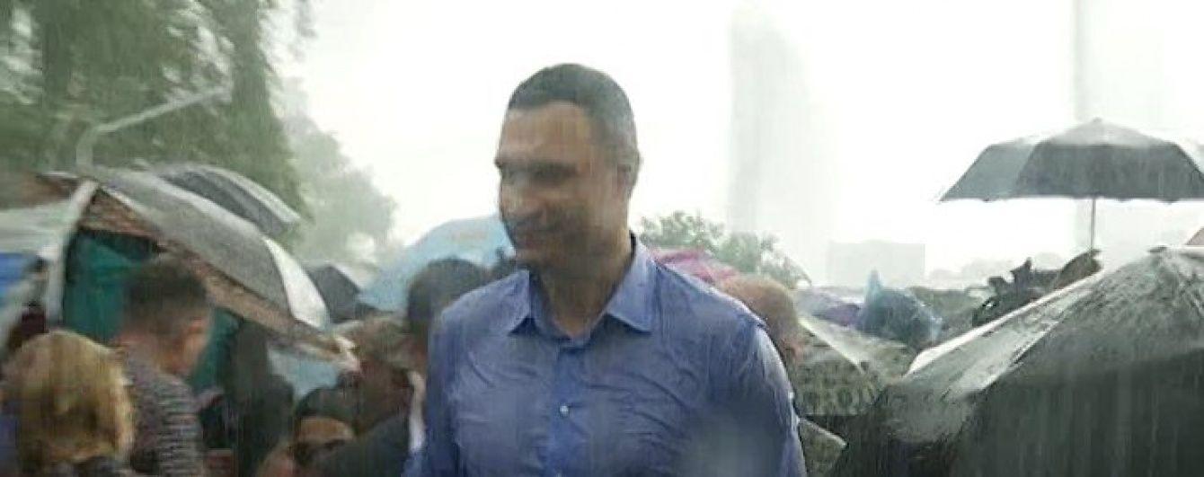 До нитки змоклий Кличко відкрив світломузичні фонтани на Русанівці