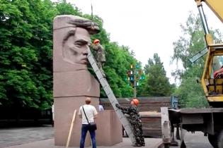 В Херсоне демонтировали памятник большевику