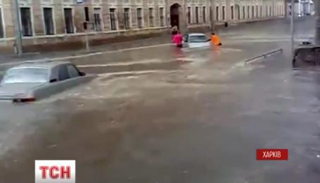 Сильный ливень с градом затопил улицы в Харькове