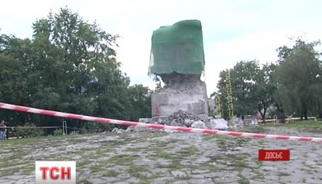 В Киеве возле метро Лыбидская окончательно снесли памятник чекистам
