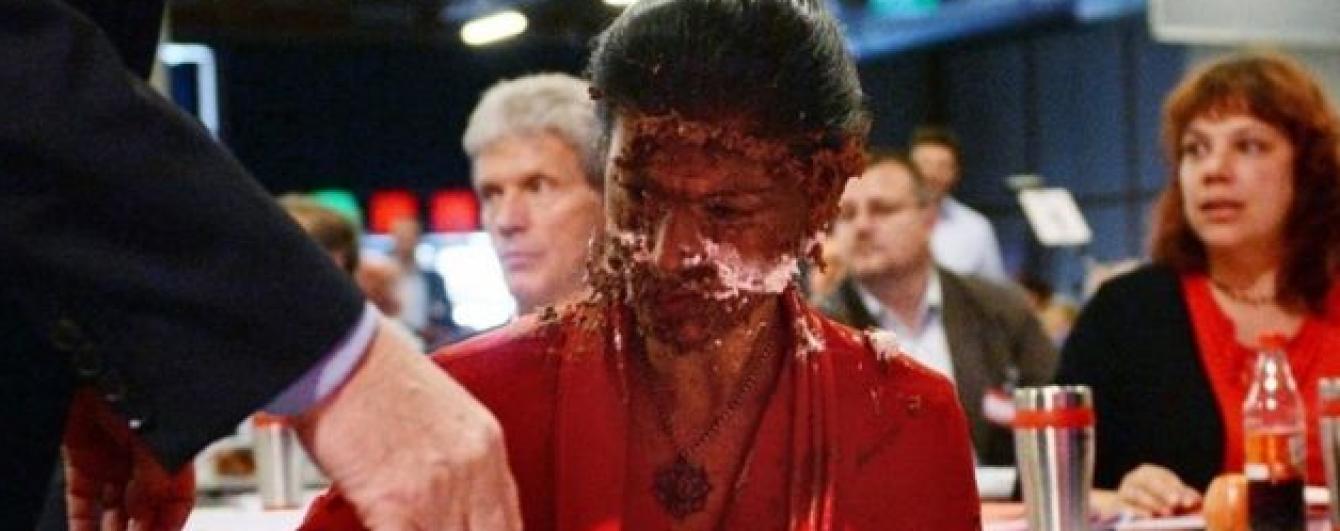 """У Німеччині обличчя депутата-прихильниці Путіна """"нагодували"""" тортом"""