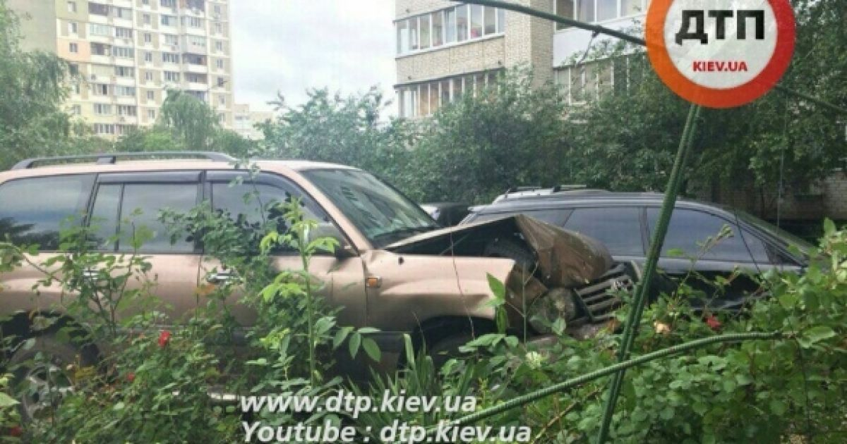"""В Киеве судья """"под мухой"""" припарковался в чужое авто"""