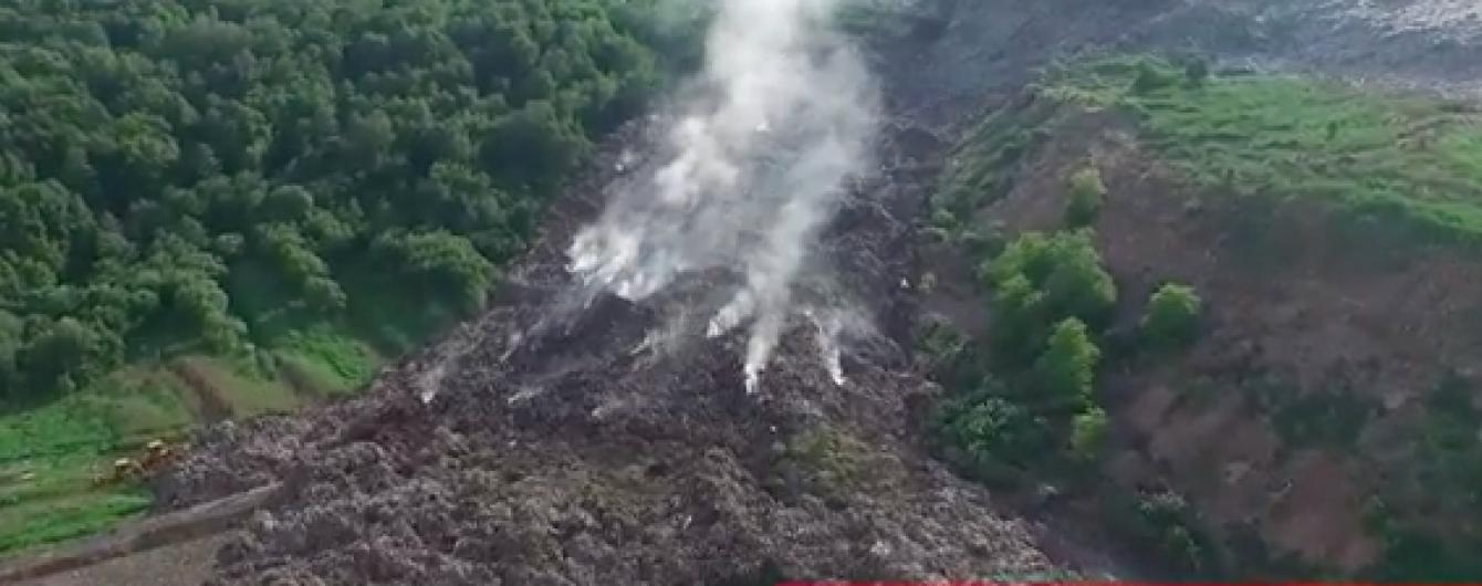 Пекельне сміттєзвалище: у Мережі з'явилася повітряна зйомка рятувальної операції на полігоні