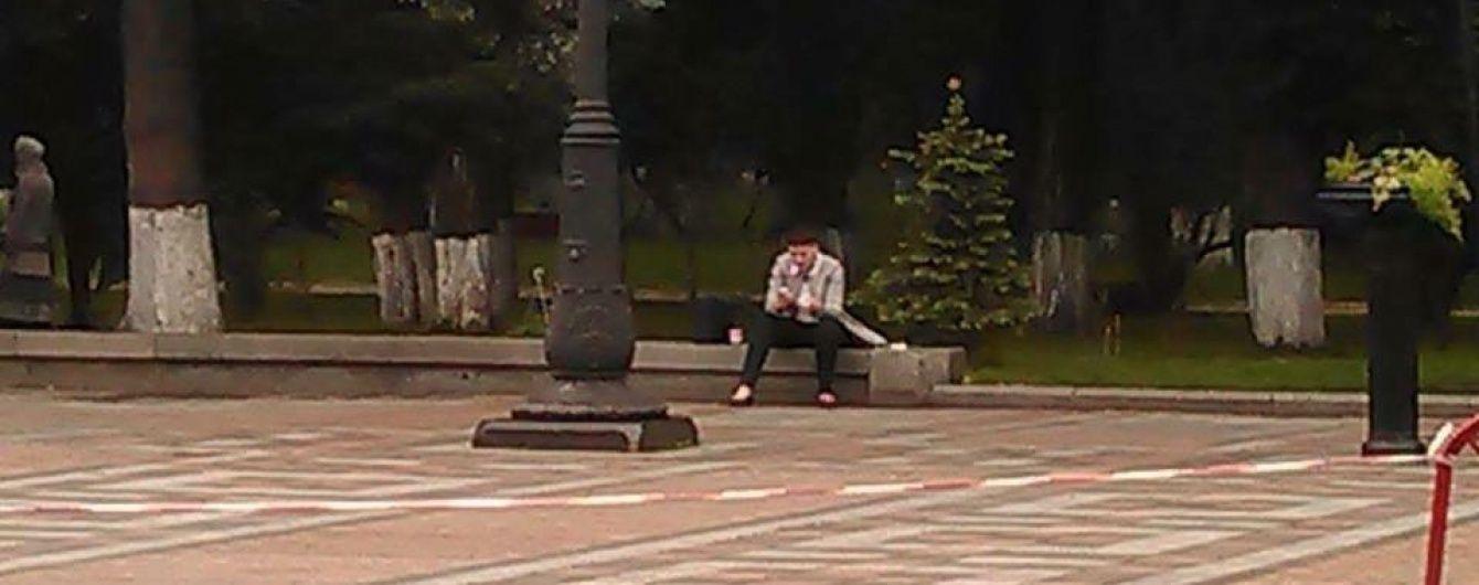 Савченко вже сидить на бордюрі перед Радою