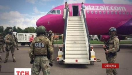 """В аэропорту """"Киев"""" ищут взрывчатку на борту самолета"""