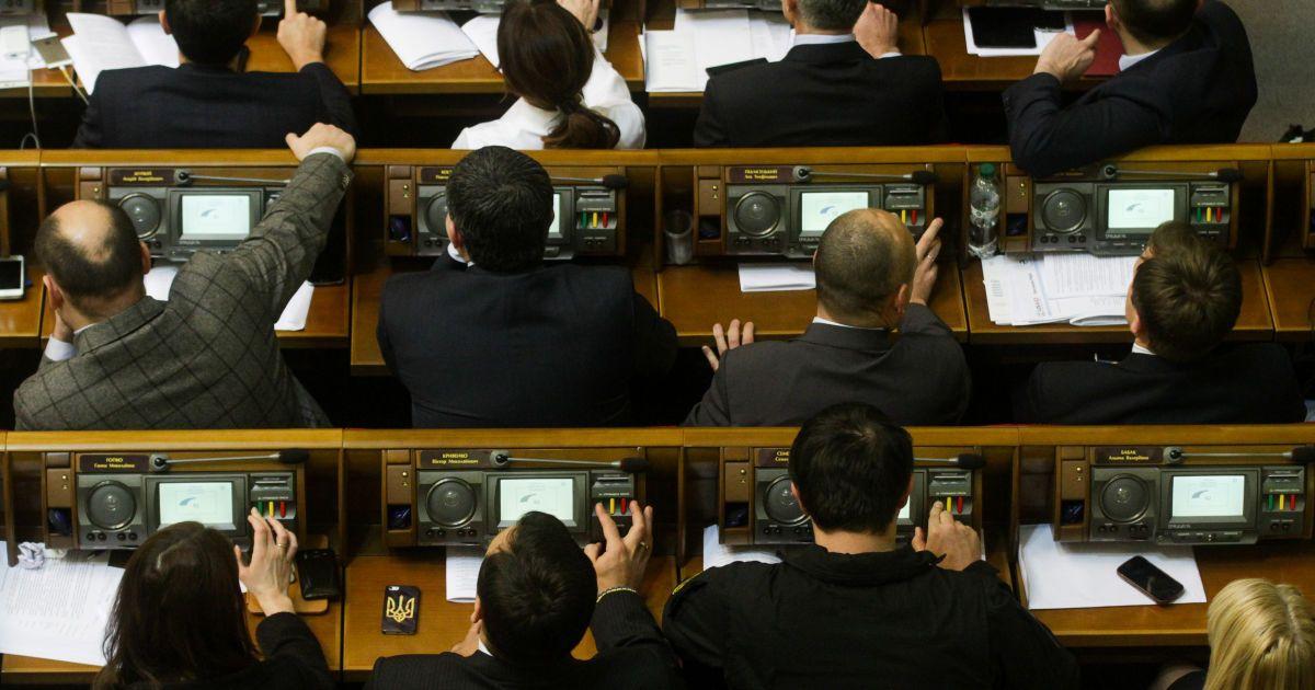 Нардепы не смогли начать заседание ВР и разошлись на политические консультации