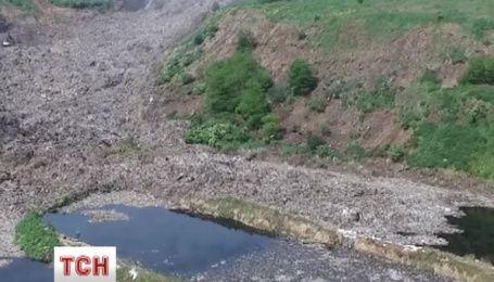 Среди тысяч тонн мусора под Львовом продолжают искать человека