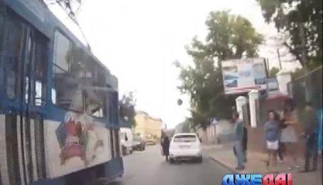 Неуправляемый трамвай в центре Львова чуть не убил людей на остановке