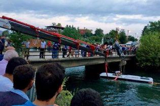 У Туреччині автобус із дітьми впав у воду: є загиблі