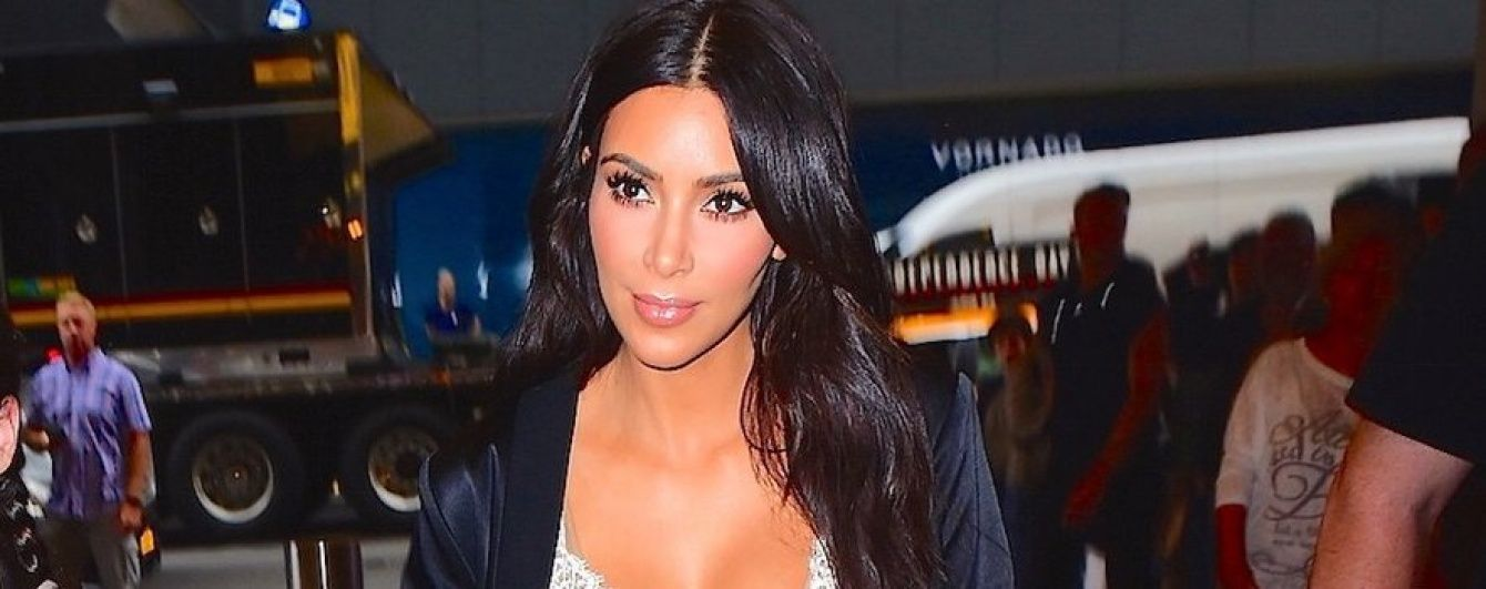 """Следует трендам: Ким Кардашьян подчеркнула фигуру """"бельевым"""" платьем Celine"""
