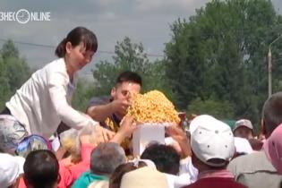 У Росії 60 тисяч осіб влаштували битву за безкоштовні східні солодощі